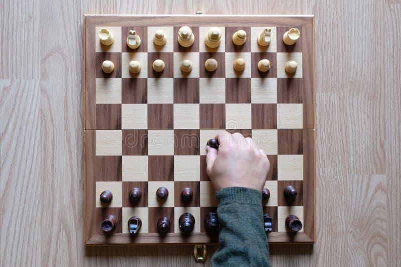 Szachowa gra planszowa Ręka bawić się szachy Walka zaczyna Strategii biznesowej i rywalizaci pojęcie Odgórny widok Mieszkanie nie zdjęcia royalty free