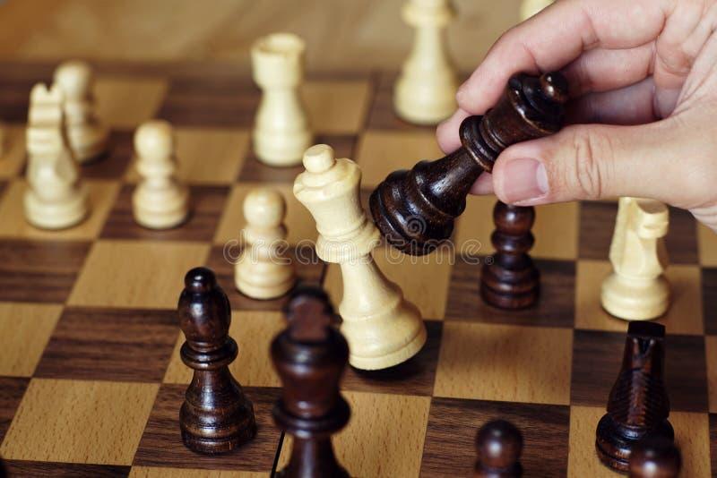 Szachowa gra planszowa, spotyka trudną sytuację, biznesowy konkurencyjny pojęcie zdjęcie stock