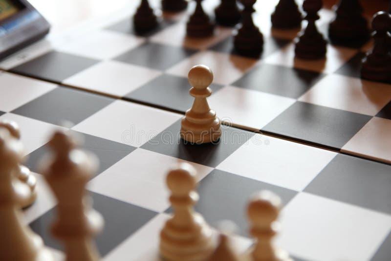 Szachowa gra sukces sporty Szachowy pieniężny strategii biznesowej pojęcie Szachowa deska, Szachowi kawałki, Dwa Szachowej drużyn zdjęcia royalty free