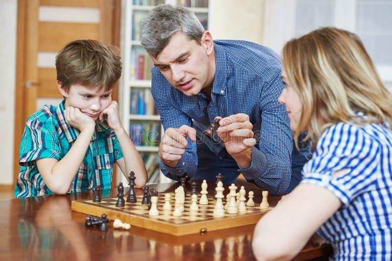 Szachowa gra w domu Rodzinna hobby rozrywka obrazy royalty free