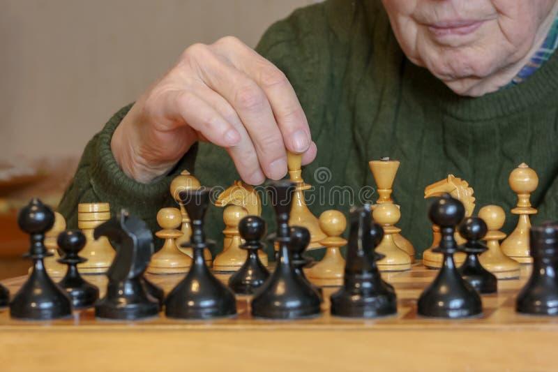 szachowego m??czyzna stary bawi? si? obrazy stock