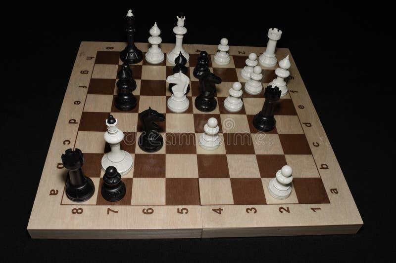 Szachowej deski i bielu kawałki jako umiejętności tło obrazy royalty free