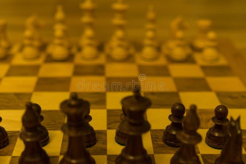 Szachowej deski zaczyna pozycja od czarnego bocznego widoku fotografia royalty free