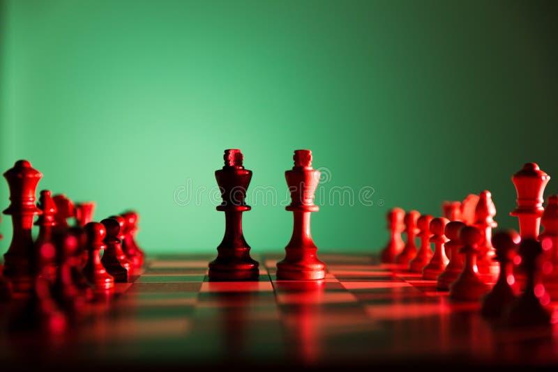 Szachowej gry dwa królewiątka w centre deska inny składają wykładają up Ja obrazy stock