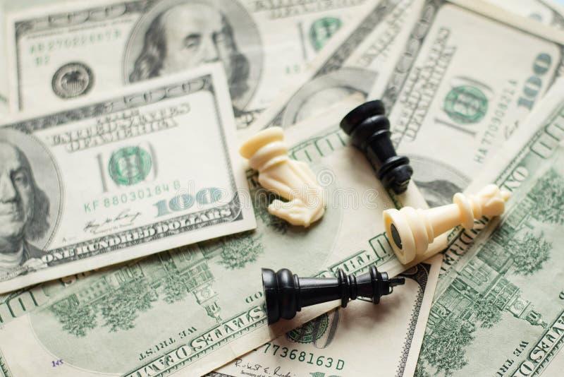 Szachowej gry skład na lekkim dolarowym tle obrazy royalty free