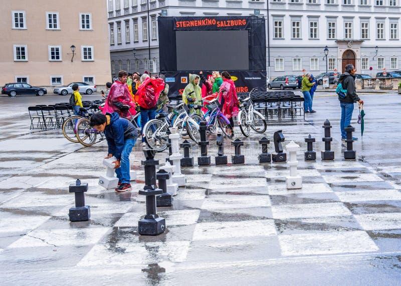 Szachowej gry utrzymania dalej po deszczu obrazy royalty free