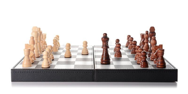 Szachowi kawałki na grą wsiadają przeciw białemu tłu zdjęcie stock