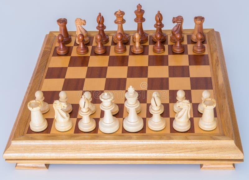 Szachowi kawałki w zaczyna pozyci na drewnianej desce obrazy royalty free