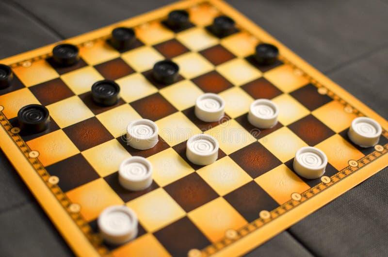 Szachownica z warcabami Strategii biznesowej rywalizacja, planowanie strategiczne dla wygranego sukcesu hobby warcaby dalej zdjęcie royalty free