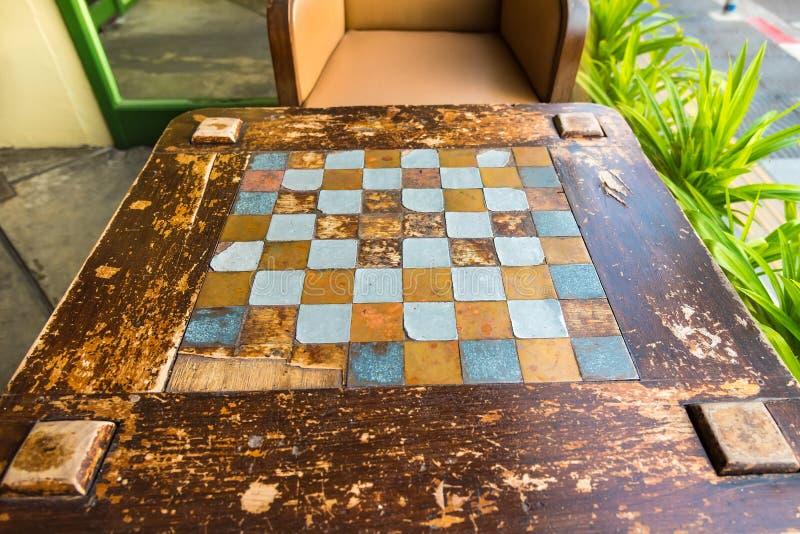 Szachowy gemowy stół z pustymi ławkami w parku Tajlandia obraz stock