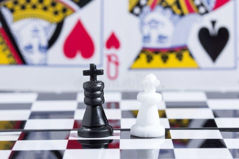 Szachowy królewiątko i królowa na tle karta obrazy royalty free