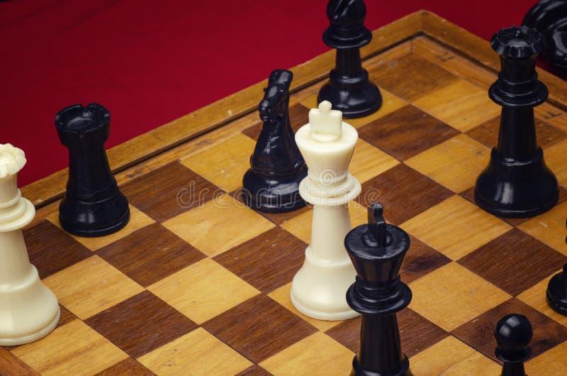 Szachowy królewiątko symuluje przetrwanie w biznesie zdjęcie royalty free