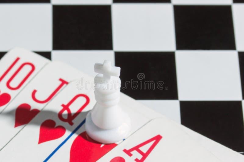 Szachowy królewiątko w kombinaci zamiast karty fotografia stock