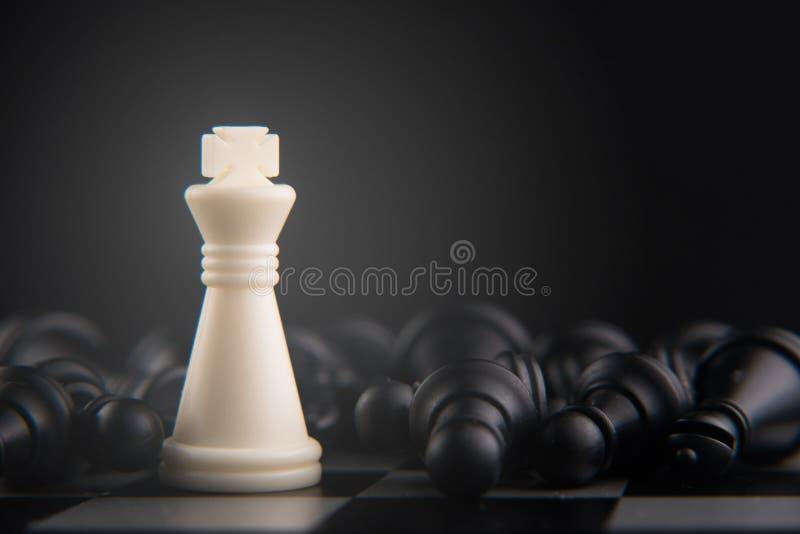 Szachowy ustawiający na szachowej desce biała królewiątko porażka wszystko władza, bohater i przywódctwo pojęcie, fotografia royalty free