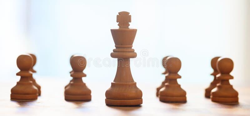 Szachowych kawałków jasnobrązowy kolor Zamyka w górę widoku królewiątko i pionkowie z szczegółami zamazujący tło fotografia royalty free