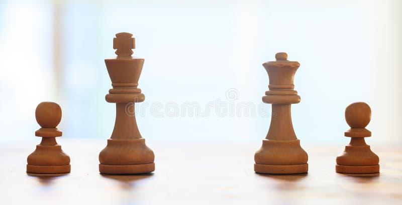Szachowych kawałków jasnobrązowy kolor Zamyka w górę widoku królewiątko, królowa, pionkowie z szczegółami Plamy tło fotografia royalty free
