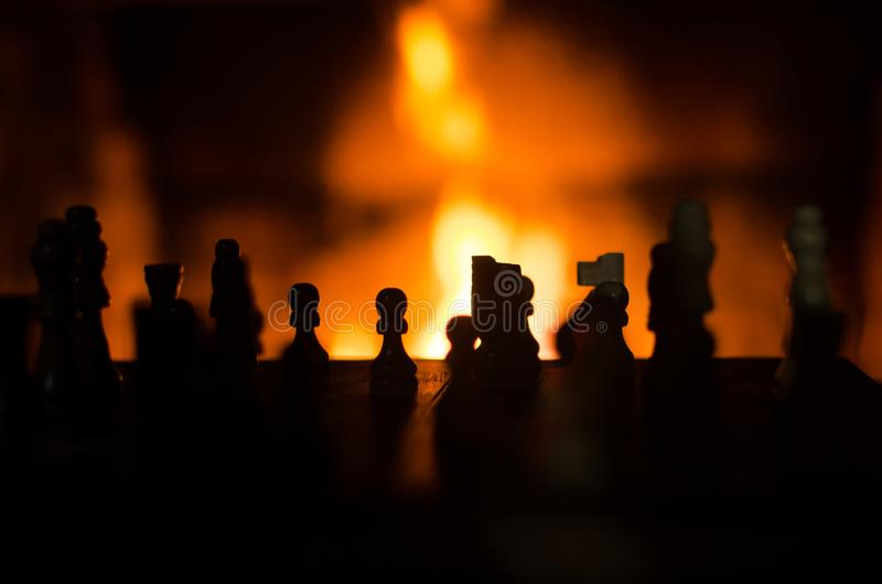 Szachowych kawałków sylwetka backlit grabą zdjęcie stock