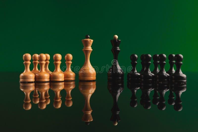 Szachy postacie na zielonym tle z odbiciem fotografia royalty free