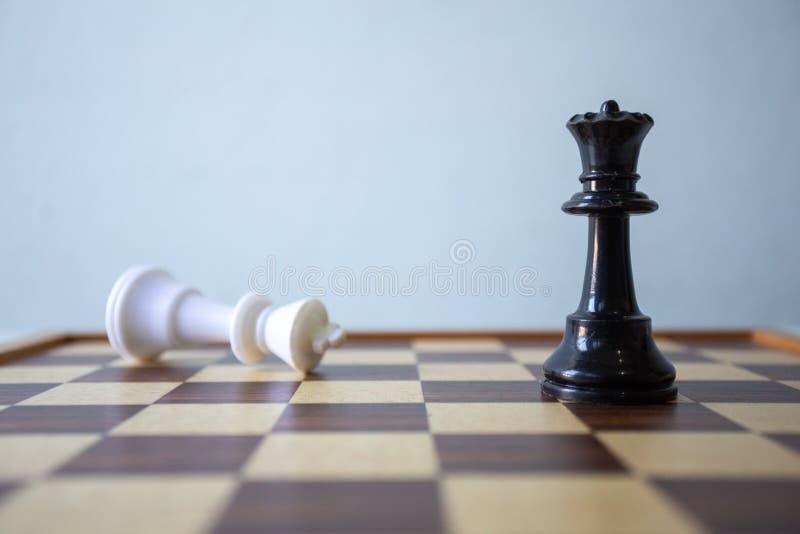 Szachy umieszczaj?cy na drewnianym stole, poj?cie: strategii biznesowej i taktyki bitwa, symbolu sukcesu sztuki zwyci?stwa turnie obraz stock