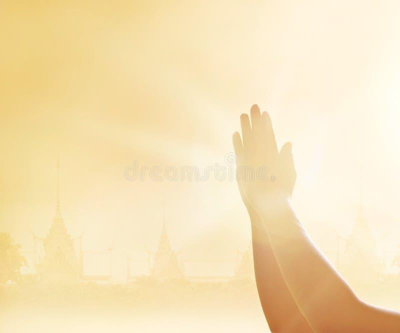 Szacuneku i modlenia ręki na świątynnym tle obraz royalty free