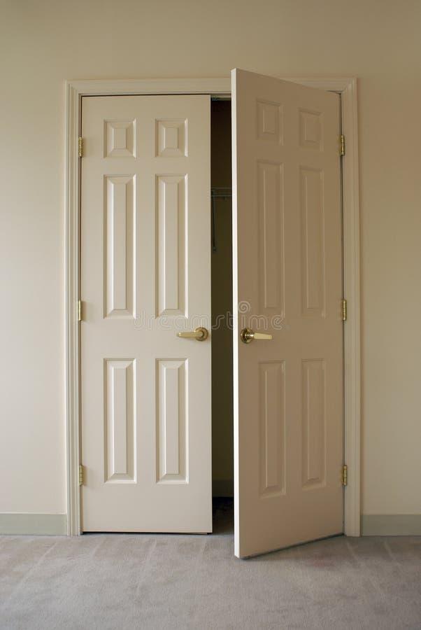 szaf otworzyć drzwi obrazy stock