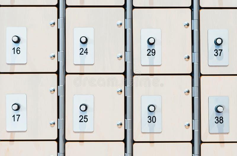 Szafki z elektronicznymi kędziorkami i odcisk palca przeszukiwaczami w nowożytnym jaskrawym gym fotografia stock