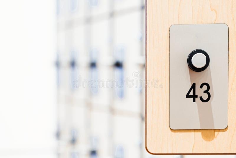 Szafki z elektronicznymi kędziorkami i odcisk palca przeszukiwaczami w nowożytnym jaskrawym gym zdjęcia stock