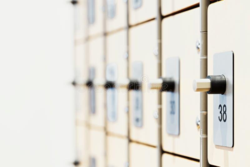 Szafki z elektronicznymi kędziorkami i odcisk palca przeszukiwaczami w nowożytnym jaskrawym gym zdjęcie stock