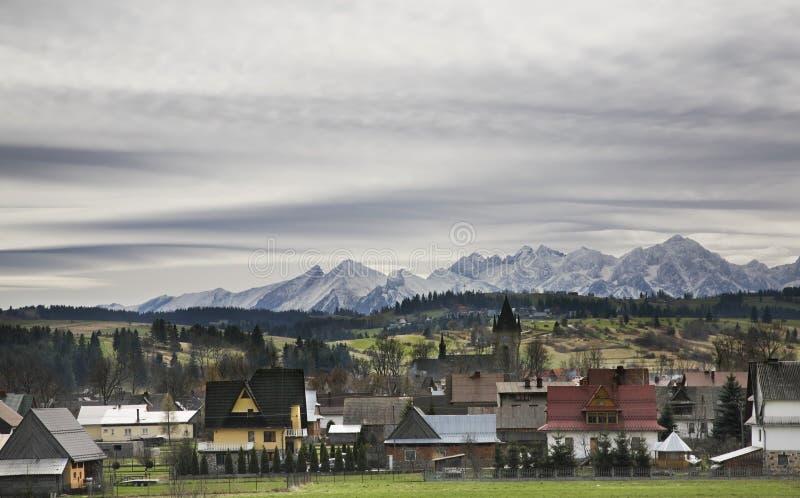 By Szaflary och berg nära Zakopane poland arkivbilder