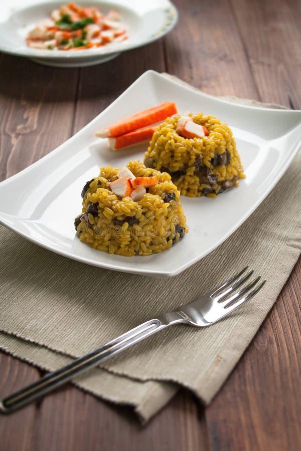 Szafran pieczarka i surimi risotto, zdjęcie stock