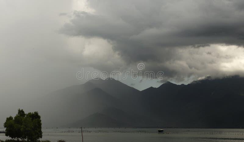 Szaleje, chmury i deszcz w Bach Ma górach w środkowym Wietnam jp fotografia royalty free