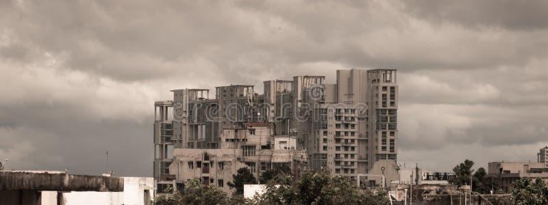 Szaleje ciemnych wczesnych monsuny nad nowożytnymi mieszkaniowymi drapacz chmur Kolkata, Bengalia India Monsunu deszczowego dnia  obraz stock