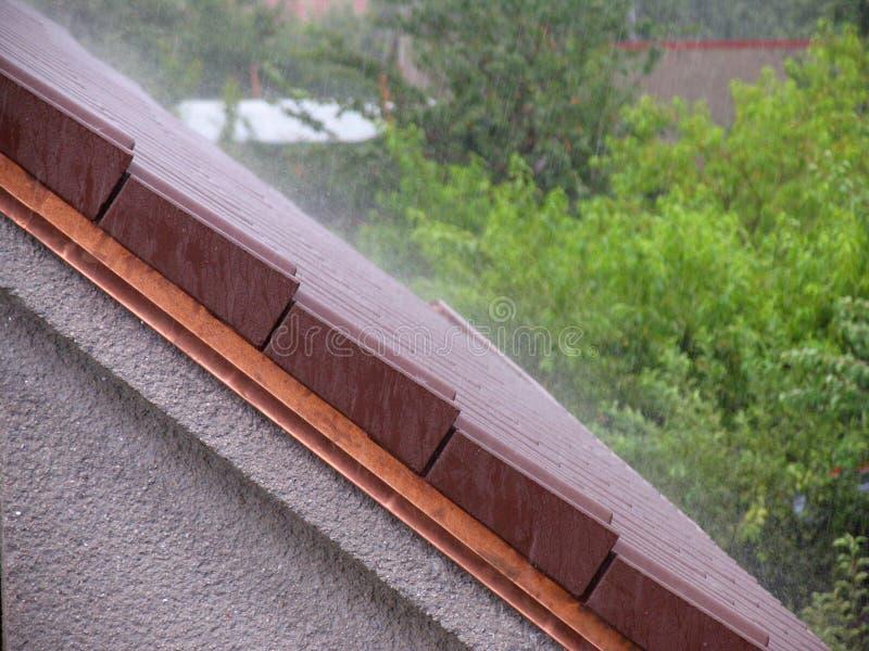 Szaleje deszcz na dachu dom zdjęcie stock