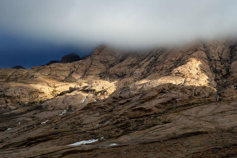 Burzy światło słoneczne w pustynnych górach i niebo zdjęcia royalty free