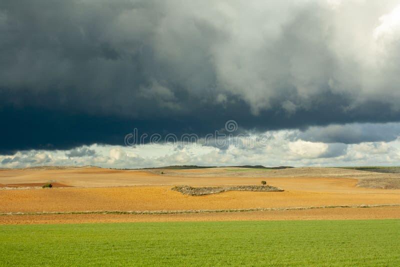 Szaleje niebo w polu Soria, Hiszpania fotografia stock