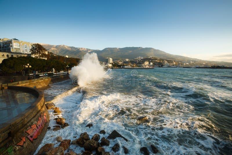 Szaleje przy bulwar ulicą Yalta miasto w Crimea w ranku na 24 i morzem 10 2016 Duży przypływu obmycie i fala zdjęcie royalty free