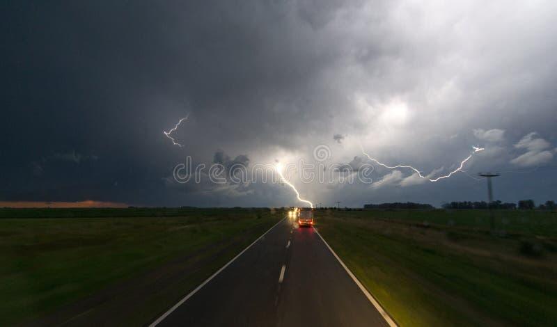 Szaleje z błyskawicą w nocnym niebie na drodze zdjęcia stock