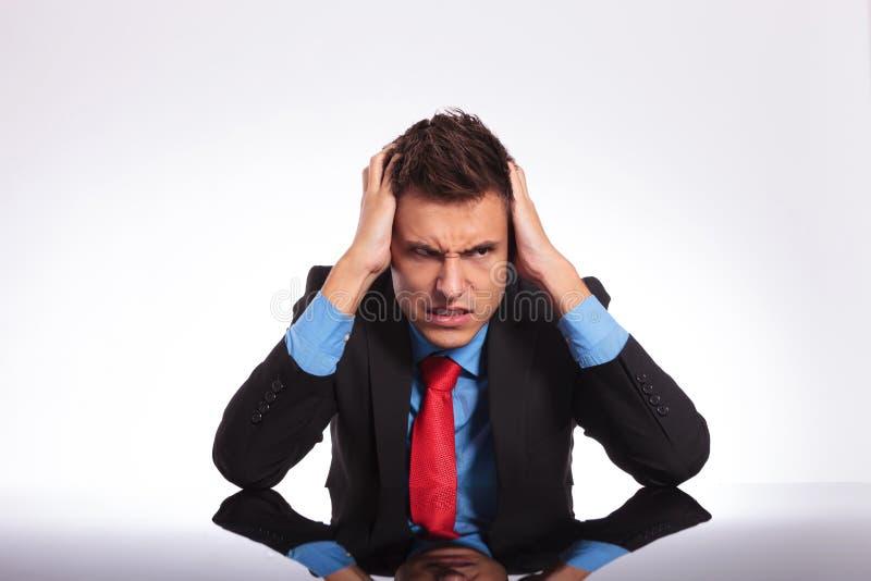 Szalenie biznesowy mężczyzna przy biurkiem zdjęcie stock