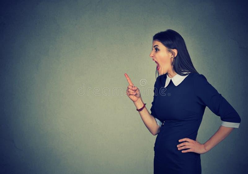 Szalenie bizneswoman krzyczy na someone fotografia stock