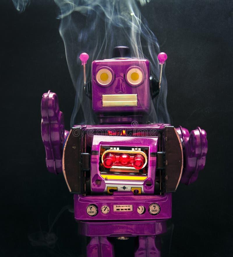 Szalenie dymienia purpurowy robot na czarnym tle obrazy royalty free