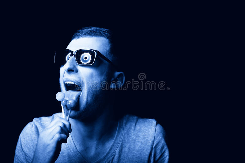 Szalenie mężczyzna satysfakcjonuje jego pasję słodcy lizaki obraz stock