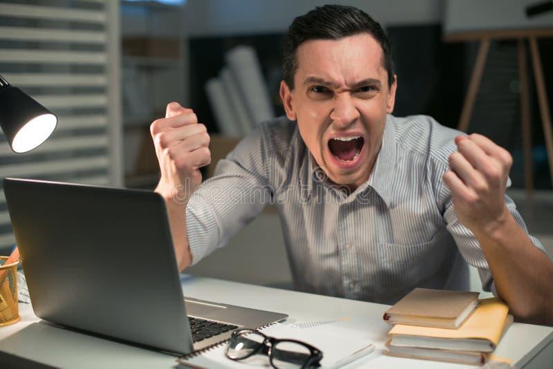 Szalenie męski pracownik overloading z pracą zdjęcie stock