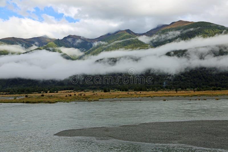 Szalik chmury i Haast rzeka obrazy stock