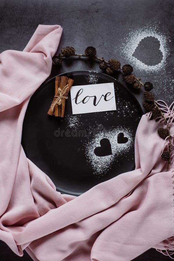 Szalik, garbki i serce na szarość stole w mieszkanie nieatutowym stylu, z góry fotografia stock
