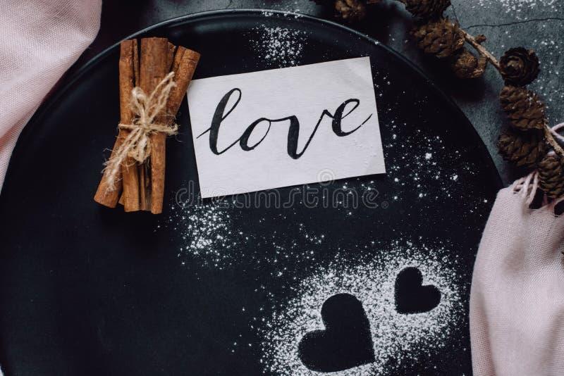 Szalik, garbki i serce na szarość stole w mieszkanie nieatutowym stylu, z góry zdjęcia royalty free