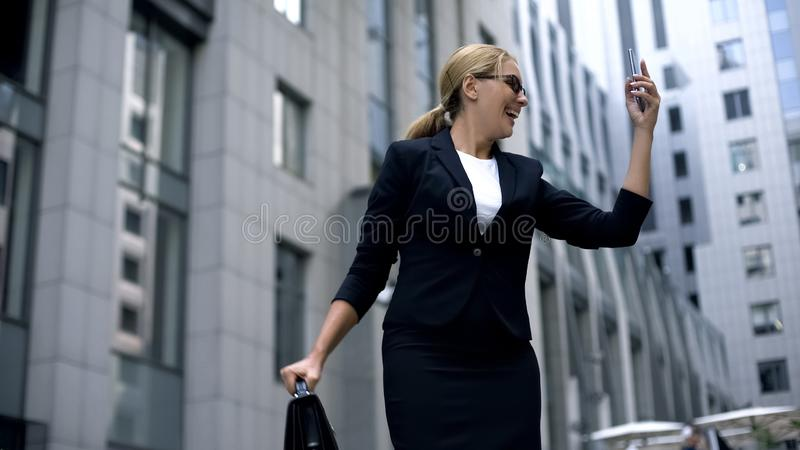 Szalona biznesowa kobieta szczęśliwa z smartphone, wiadomość o promocji w karierze zdjęcia royalty free