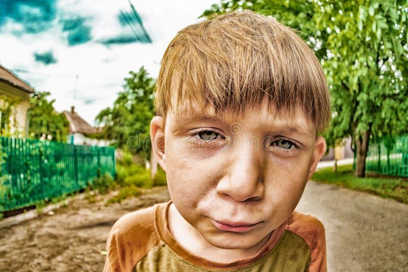 Szalona chłopiec patrzeje w kamerę na ulicie w górę szerokiego kąta planu, XDR fotografia obrazy royalty free