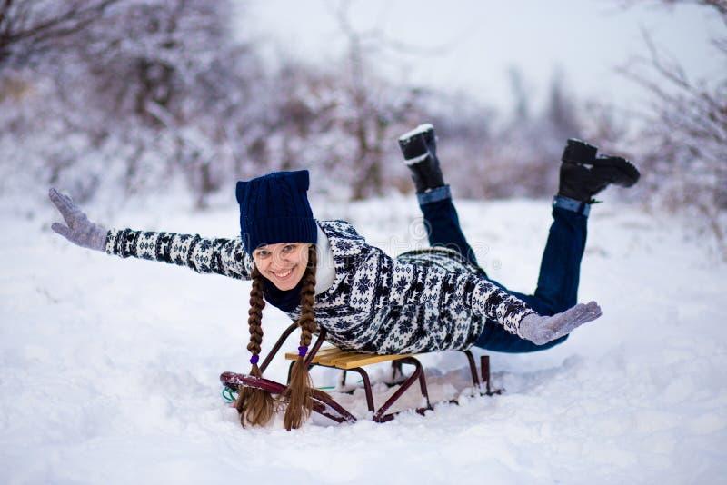 Szalona kobieta cieszy się sanie przejażdżkę Kobiety sledding zdjęcia royalty free