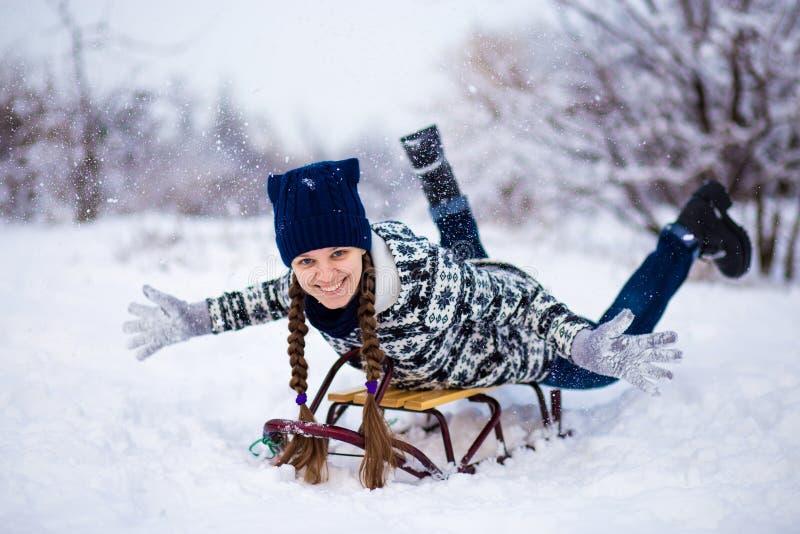 Szalona kobieta cieszy się sanie przejażdżkę Kobiety sledding obrazy royalty free