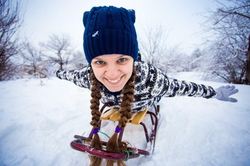 Szalona kobieta cieszy się sanie przejażdżkę Kobiety sledding obraz royalty free
